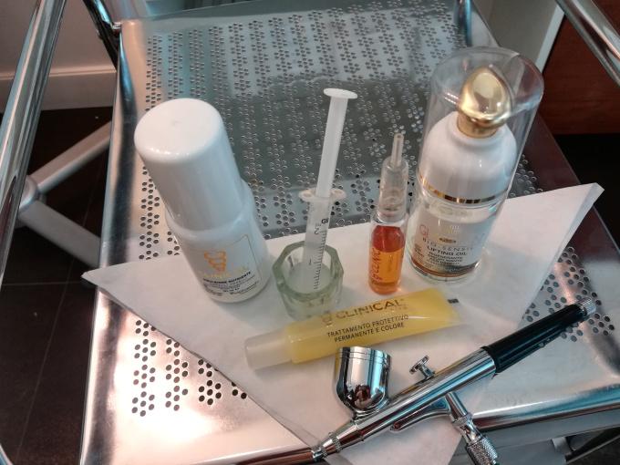Sprzęt i kosmeceutyki przygotowane do zabiegu - infuzja tlenowa na łodygę włosa.